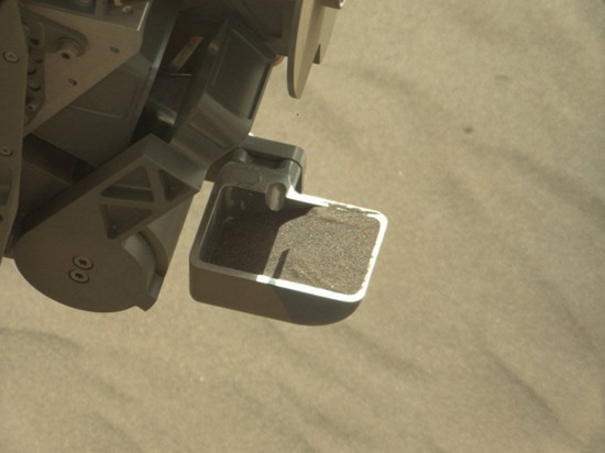 Curiosity digs into the sand to gather samples